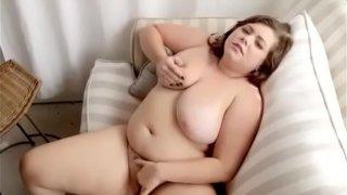 Ragazza in carne si masturba in Cam